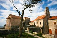 Die Stadtmauern und Türme, die zum Schutz der Altstadt errichtet wurden, bilden die Kulisse des Budva-Grad Theaterfestivals.