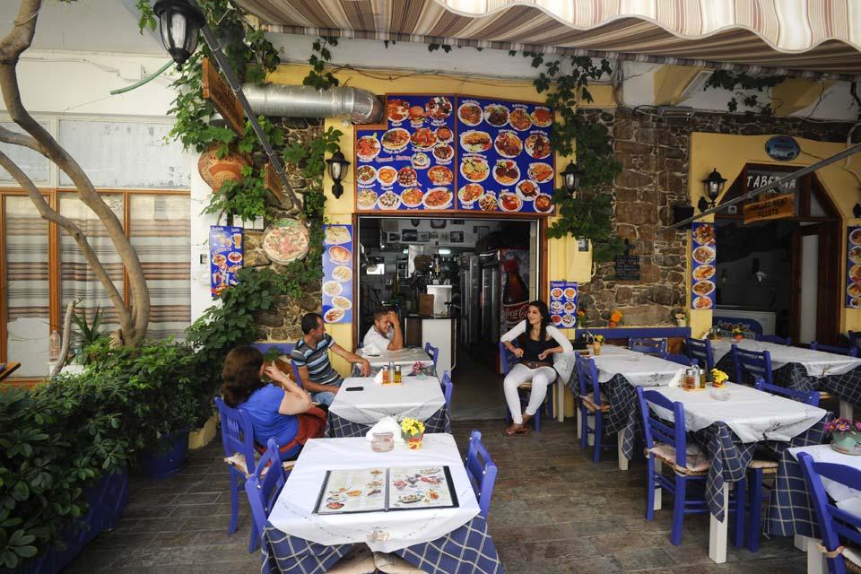 El pueblecito propone a los viajeros hoteles y restaurantes en sus callejuelas a la sombra.