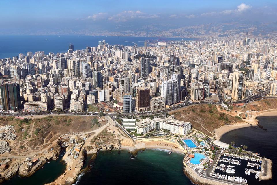 Beirut liegt zugleich am Meer und zu Füßen eines Gebirges und ist eine jener seltenen Hauptstädte, wo man beim Baden auf schneebedeckte Berggipfel blickt.  Beirut wird auch Kleines Paris genannt und befindet sich aktuell zum achten Mal seit seiner Gründung im Wiederaufbau. 15 Jahre Krieg haben die Lebenskraft dieser pulsierenden Stadt, die niemals schläft, nicht erschöpft.   Beirut war lange Zeit zweigeteilt: ...