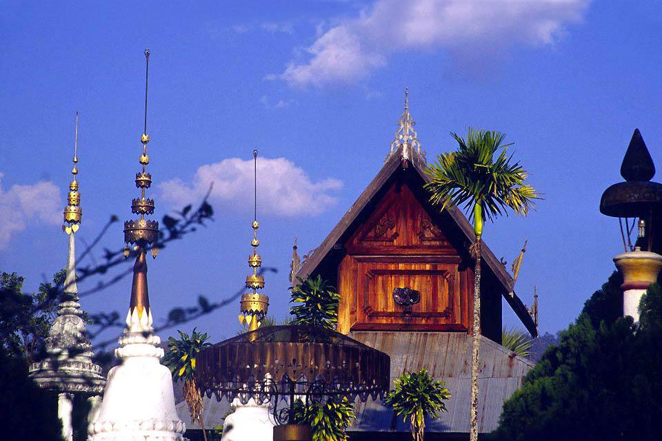 Praticamente alla frontiera con la Birmania, partendo da Chiang Mai, il villaggio di Pai si raggiunge dopo 272 curve in un serpeggiante strada di montagna, nella regione di Mae Hong Son. Contare almeno tre ore di viaggio e una forte concetrazione per non rischiare il mal d'auto. Ma il viaggio vale la pena: nessuna imponente città ma piuttosto quattro stradine principali che si intersecano, un mercato ...