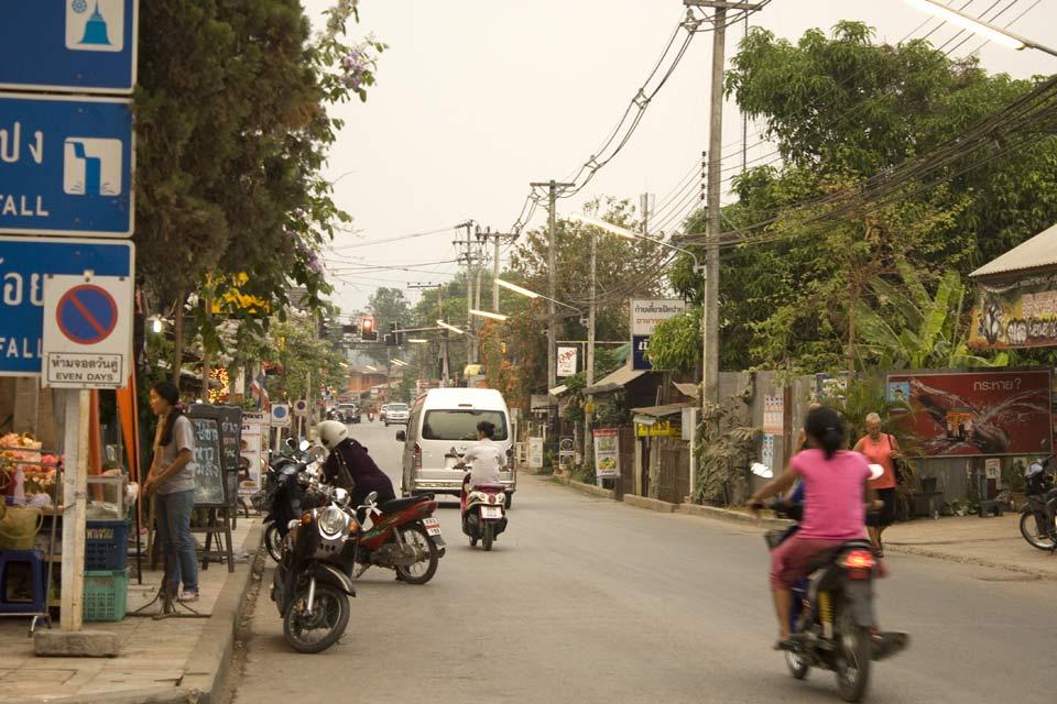 La strada principale di Pai si anima al calare della sera con il suo mercato.