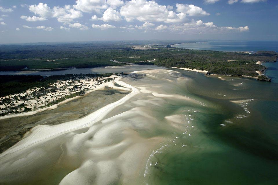 """Le Jajavy, c'est le nom donné à un petit arbuste de mangrove proche du palétuvier. Anjajavy signifie """"là où poussent les Jajavy"""".  A Madagascar, Anjajavy est un petit village de pêcheurs. Pourtant, aucune route ne mène à Anjajavy.  En plein cœur du territoire Sakalava du Menabe, on ne peut y accéder que par des sentiers à peine signalés dans la brousse ou la forêt.  Il faut 7 jours de marche ..."""