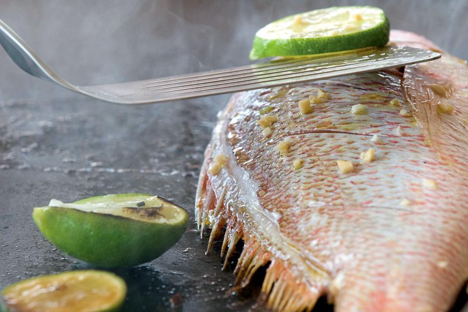 On se régale de poissons et crustacés fraîchement pêchés et grillés sous vos yeux.