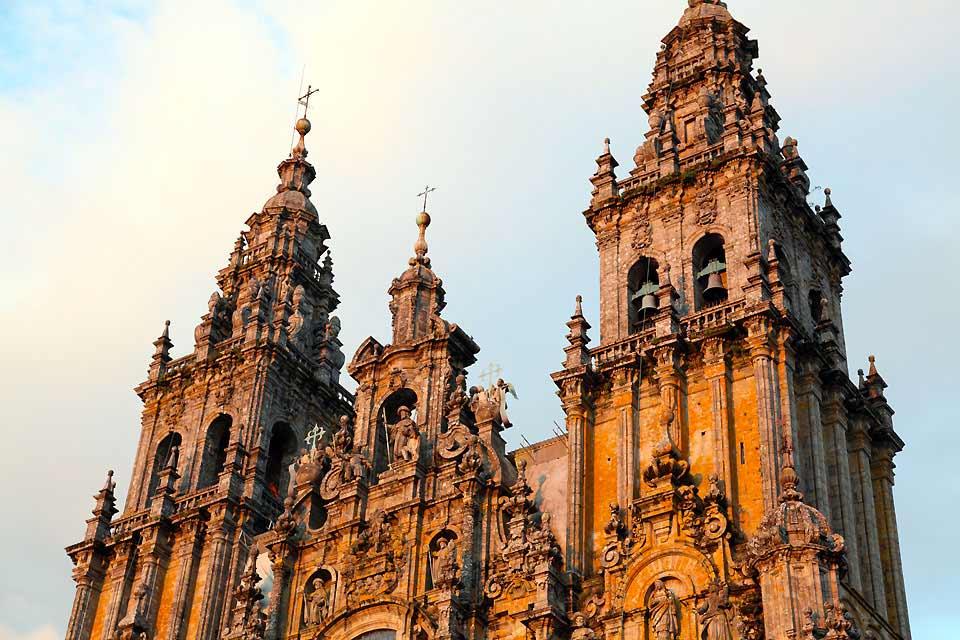 Santiago de Compostela es la capital de la Comunidad Autónoma de Galicia y pertenece a la provincia de A Coruña. Alberga unos 100 mil habitantes aproximadamente, teniendo en cuenta los censados y no censados (como estudiantes o trabajadores de otras localidades de al lado). Durante nuestro paso por la ciudad nos impresionó enormemente este lugar lleno de encanto y de historia que no deja indiferente ...