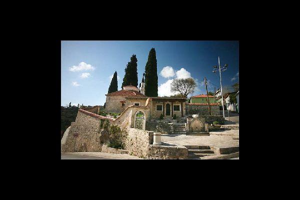 Es un lugar con encanto, adosado a la montaña, con pequeñas callejuelas en pendiente que llevan a las murallas que rodean la zona más antigua de la ciudad.