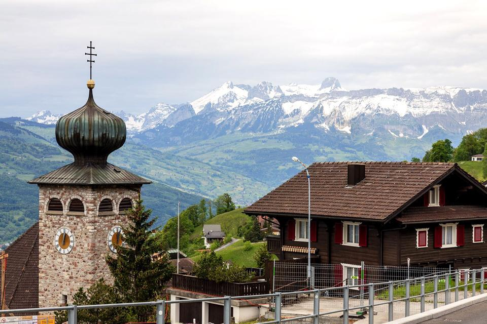 Triesenberg, eine Gemeinde, die sich oberhalb von Vaduz befindet, bietet eine der herrlichsten Ausblicke über das Rheintal.Es handelt sich dabei um eines der bezauberndsten Dörfer des Landes mit seinen alten Häusern mit geraniumverzierten Balkons.Neben der faszinierenden Kirche mit einem Kuppel in Form einer Zwiebel können Sie auch das Walser Heimatmuseum besuchen, eine Schweizer Gemeinde, die sich ...
