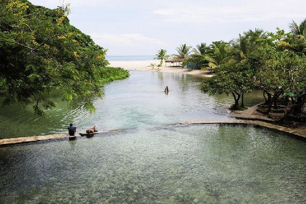 Entre montagnes et mer, le village de pêcheur de Los Patos, à 4 km de Paraiso et à 40 km de Barahona, au sud-ouest de la République dominicaine, abrite le rio Los Patos, l'un des plus petits fleuves du monde, dans la région la plus préservée de République dominicaine. Encore difficile d'accès, à plus de 200 km (3h30 de route) au sud-ouest de la capitale Saint-Domingue, la région de Barahona, frontalière ...