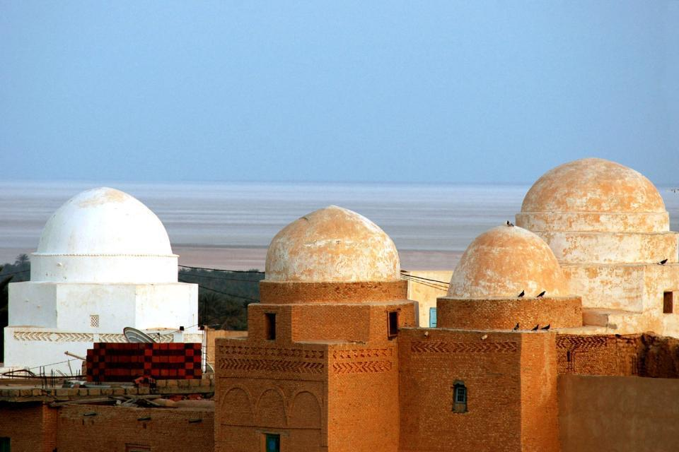 A une vingtaine de kilomètres au sud-ouest de Tozeur, la ville de Nefta, à une trentaine de kilomètres seulement de la frontière algérienne, marque le début du désert du Sahara. Bordant le Chott El Jerid, le lac salé plus ou moins asséché, cette oasis, étape des caravaniers d'autrefois, est un point de départ idéal pour partir en méharée dans les dunes de sables environnantes. On aime se perdre à pied ...