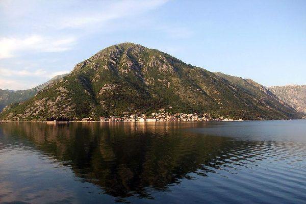 Die Kleinstadt Perast an der Bucht von Kotor ist ein Juwel. Perast, ein Fischerort, dessen strategische Lage ab dem 16. Jahrhundert zum Bau einer Festung mit zehn Wachtürmen führte, ist heute in Montenegro ein unumgänglicher Halt. Schon seine Architektur lohnt den Weg hierher. Auch von seinem Palast, seinem dem Meer gewidmeten Museum und den privaten Anlegestellen sind Touristen angetan. Ein zauberhafter ...