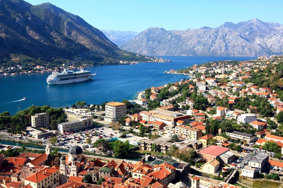 """""""Las bocas de Kotor representan sin lugar a dudas el principal interés de una estancia en Montenegro. El único fiordo del Mediterráneo se adentra 28 km en el interior y está rodeado de montañas de 1000 metros de altitud que se sumergen literalmente en el mar. Está clasificado como patrimonio mundial de la Unesco. Puedes recorrerlo en coche por la carretera, así irás atravesando los hermosos pueblecitos ..."""
