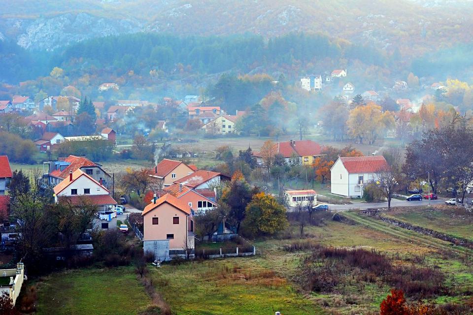 A 32 minutes et 32 tournants de Budva, la charmante ville de Cetinje, ancienne capitale d'un royaume éphémère au début du 20ème siècle, offre une escapade agréable sur le chemin du parc national de Lovcen, à 20 km de la mer. Ses maisons colorées, ses palais (notamment celui de Nicolas 1er, et la Biljarda avec ses tourelles et ses meurtrières), et ses anciennes ambassades style Art Nouveau à l'atmosphère ...