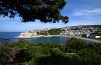 Ulcinj ist der bekannteste Badeort im Süden des Landes und auch die von der orientalischen Kultur am meisten geprägte Küstenstadt. Die Stadt mit schönem Strand und Strandpromenade, deren Bars und Restaurants vor allem von osteuropäischen Touristen aufgesucht werden, hat auch eine sehenswerte Altstadt auf einem Felsen über der Adria. Sie wurde umfassend renoviert, wobei man die einheimische Architektur ...