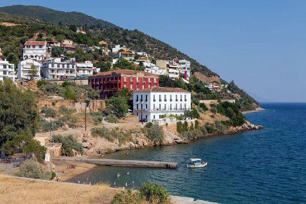 Depuis qu'a été achevé en 1893 le canal de Corinthe, qui sépare le Péloponnèse du reste de la Grèce continentale, l'île d'Eubée a perdu son titre de plus grande île du pays. Baignée par la mer Egée, elle est située à seulement deux heures de route au nord-ouest d'Athènes, après avoir traversé le golfe d'Eubée, séparant les ports de Skala Oropo et d'Érétrie. Fréquentée par de nombreux Grecs, et facilement ...