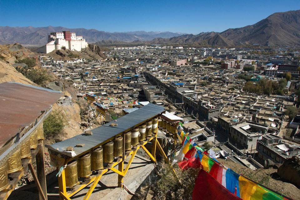 Shigatse est à 350 km au sud-ouest de Lhassa. Des ruines de ses murailles du XVIIe siècle existent toujours mais, sinisée, la ville a perdu de son charme à l'exception de quelques ruelles. Le déplacement vaut pour la visite du Tashilhunpo, le monastère du panchen-lama (maître-érudit). Epargné par la Révolution culturelle pour raison politique, le Tashilhunpo donne, par son ampleur, une idée précise ...