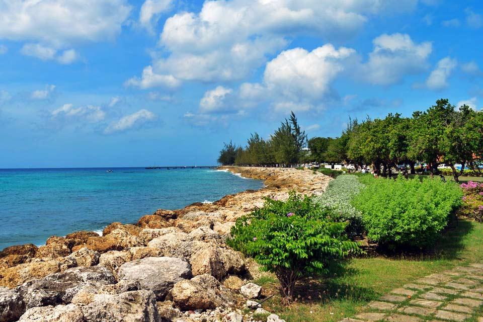 Saint-Michael est l'un des onze districts de la Barbade. C'est ici que se trouve la capitale Bridgetown, avec son centre ville classé au Patrimoine mondial de l'Unesco, dans la superbe baie de Carlisle, mais aussi le port international Deep Water Harbor. Bridgetown, capitale et seule véritable agglomération de la Barbade avec ses 100 000 habitants, se situe au sud-ouest de l'île. Elle se parcourt facilement ...