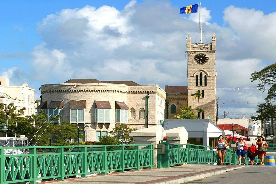 Le centre-ville et son ancienne garnison, héritage de l'empire colonial britannique, sont classés par l'Unesco.