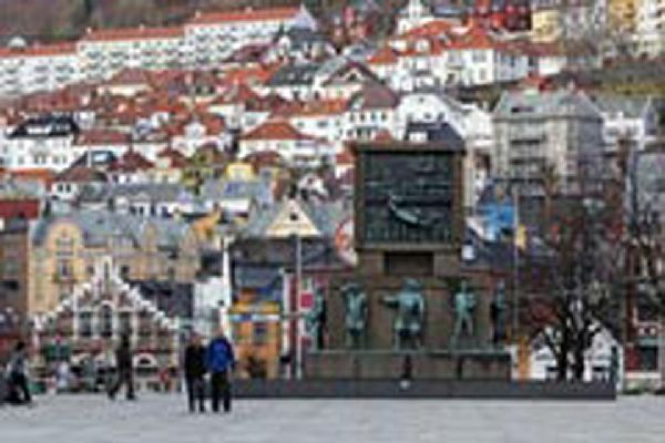 Un monumento dedicato alla memoria dei marinai norvegesi nella Torgallmenningen, una grande piazza di Bergen.