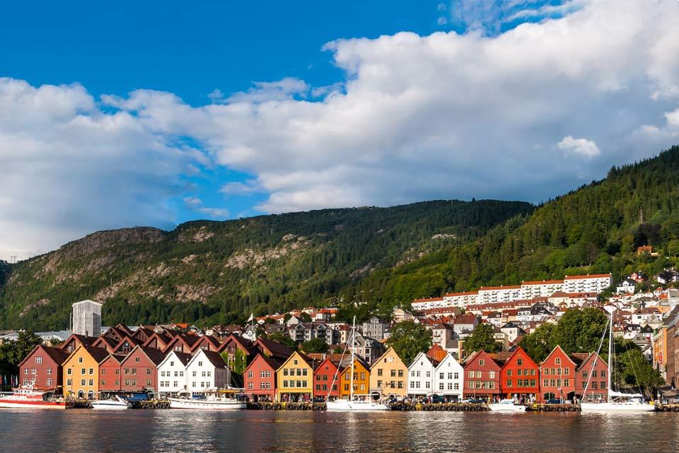 Sur la côte Ouest, Bergen dispose des mêmes atouts qu'Oslo en offrant à la fois la grandeur de la nature et une richesse culturelle. Porte des fjords, elle émerge entre océan et montagnes. Le cœur de cette ville de charme se situe autour du port avec le célèbre marché aux poissons de la place Torget et le quai de Bryggen. Ce quartier et ses maisons de l'époque hanséatique ont été classés patrimoine ...