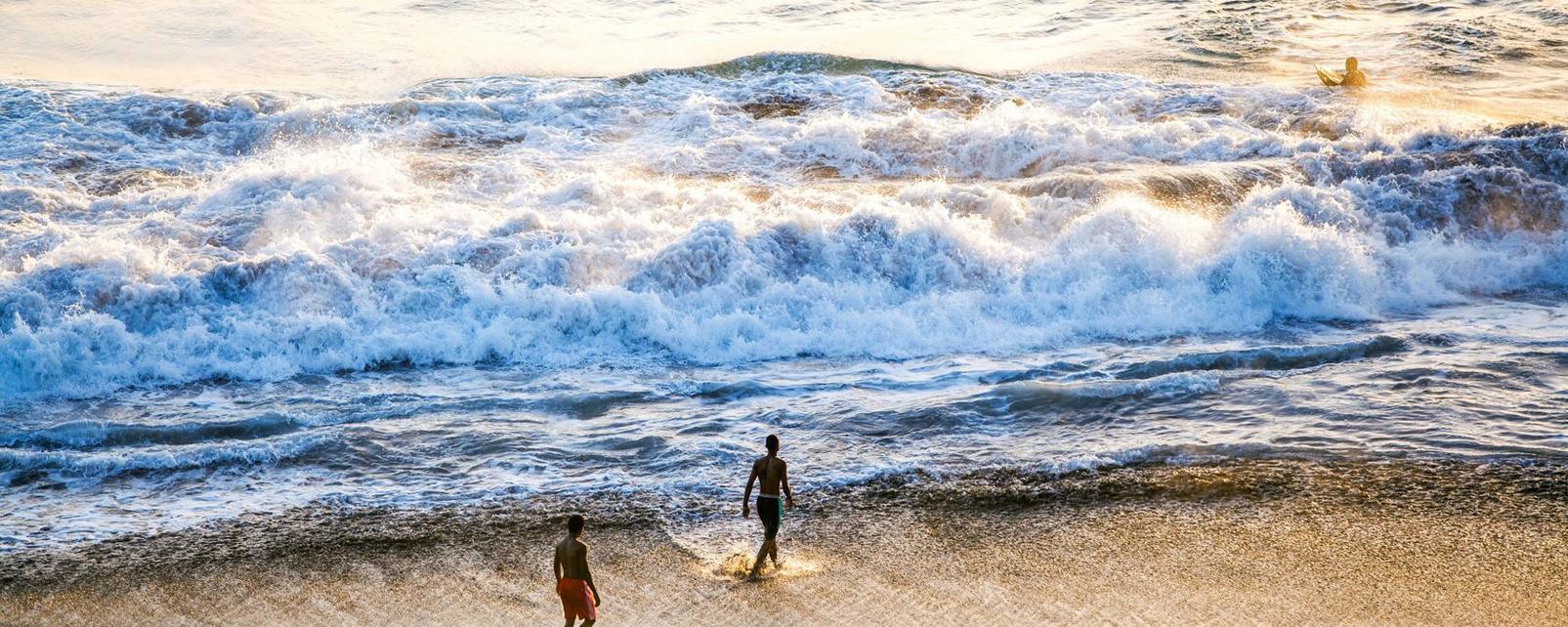 Afrique; Cap-Vert; Praia; plage; homme; baignade; mer; océan; sable;