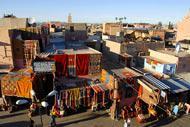 Que serait Marrakech sans ses souks animés et bariolés aux tissus précieux ?