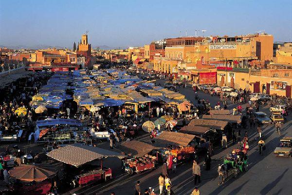 Quando il sole tramonta a Marrakech, si alzano le fumarole di piazza Jemaa El Fna, la Koutoubia si illumina e la voce di un muezzin rimbomba. Gli abitanti di Marrakech si dirigono verso la famosa piazza mentre i suk multicolori si svuotano progressivamente. I palazzi si chiudono in un silenzio pieno di storia. Qui sta tutto il fascino di Marrakech che sembra svegliarsi dopo una giornata trascorsa sotto ...