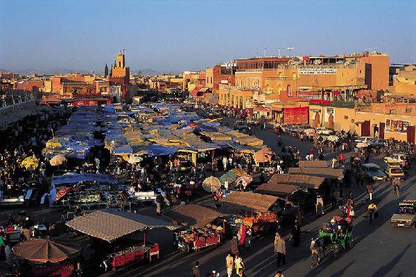 La più vivace e la più moderna delle città marocchine, Marrakech, ha tuttavia conservato il suo fascino e il suo carattere autentico.