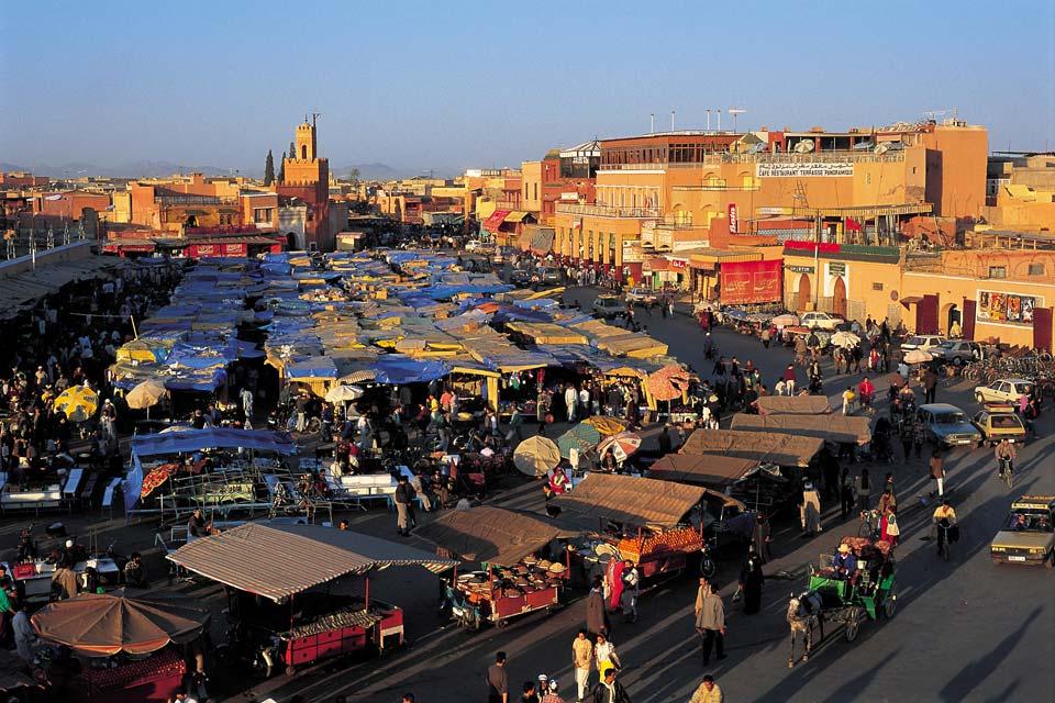 Quand le soleil se couche sur Marrakech, les fumerolles de la place Jemaa El Fna s'élèvent, la Koutoubia s'illumine et la voix d'un muezzin retentit. Les Marrakchis se dirigent vers la célèbre place tandis que les souks multicolores se vident progressivement. Les palais s'enferment dans un silence plein d'histoire. C'est là tout le charme de Marrakech qui semble s'éveiller après une journée passée ...
