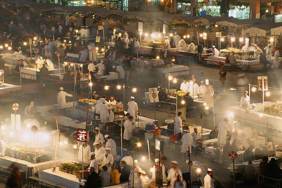 Chaque soir, la place se transforme en un gigantesqe restaurant à ciel ouvert.