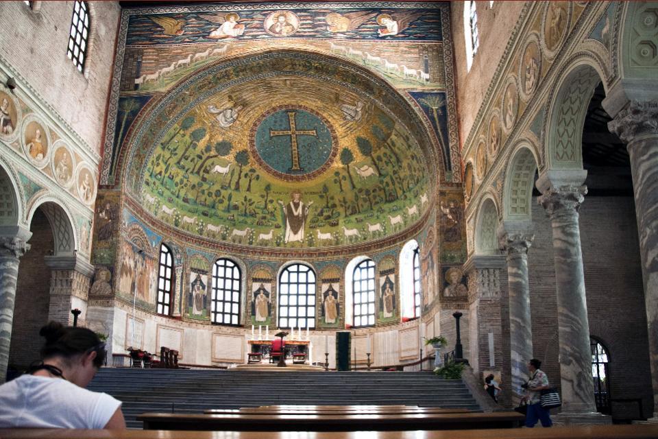Cette Basilique est justement connue pour ses mosaïques, mais il faut aussi noter à l'intérieur somptueusement décoré les marbres polychromes, les stucs, les chapiteaux et les coussinets sculptés.