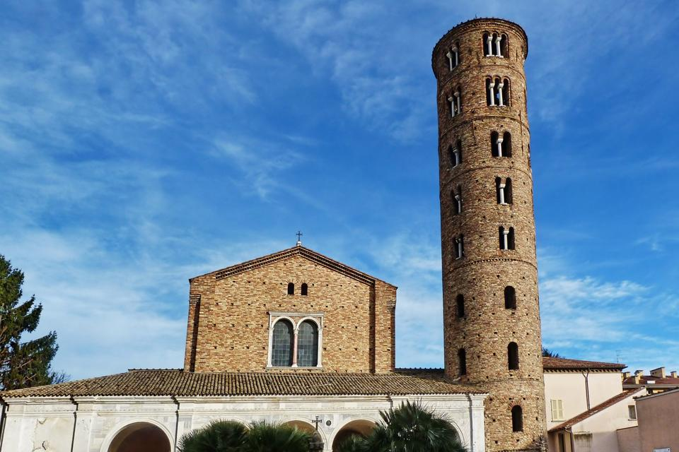 Die Kirche S. Maria Maggiore von Ravenna wurde vom Bischof Ecclesio im Laufe der ersten Jahrzehnte des 6. Jahrhunderts erstmals errichtet. Sie wurde dann 1671 neu gebaut.