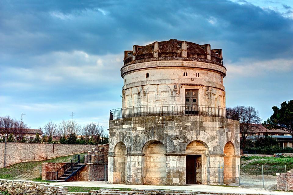 Rund um diesen Platz stehen zahlreiche historische Gebäude. Auf dem Foto erkennt man im Vordergrund die venezianischen Granitsäulen, auf denen die Statuen von San Appollinare und San Vitale stehen.