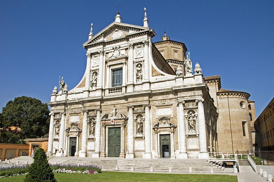 Das Mausoleum des Theoderich in Ravenna ist eines der berühmtesten Grabbauten der Ostgoten. Es wurde aus weißem Marmor von Istrien um 520 n.Chr. von Theoderich als seine zukünftige Grabstätte errichtet.