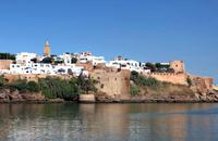 Per visitare Rabat è sufficiente una giornata. Capitale del Marocco dal 1912, è stata sul punto di diventarlo anche sotto il regno di Yacoub el Mansour. All'interno della medina, la porta ocra della casbah degli Oudaïa testimonia le intenzioni dell'epoca. E l'Oceano Atlantico è proprio lì accanto. Fare una pausa al caffè Maure è l'ideale per la veduta sull'estuario del Bou Regreg prima di ripartire ...