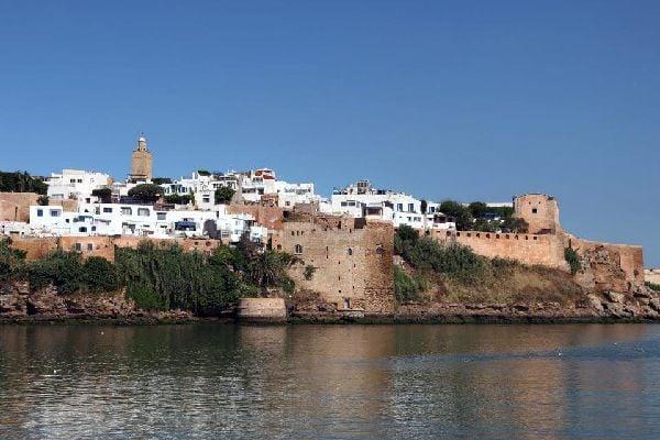 Ville impériale, Rabat se situe à 280km de Tanger. Capitale du Maroc depuis 1912, elle a failli le devenir sous le règne de Yacoub el Mansour. A l'intérieur de la médina, la porte ocre de la casbah des Oudaïa témoigne des intentions de cette époque. Rendez-vous au café Maure pour la vue sur l'estuaire du Bou Regreg avant de repartir vers la rue des Consuls. Les marchands y vendent les tapis à ...