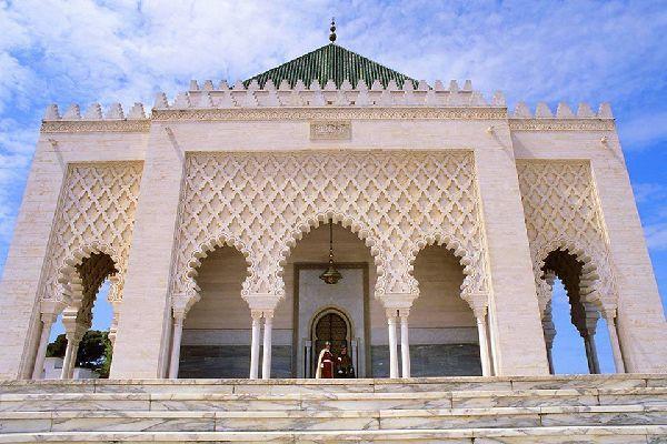 Luogo di culto che ospita la tomba del padre dell'indipendenza, il sultano Mohammed V, il mausoleo è realizzato interamente in marmo ed è ornato di zellige.