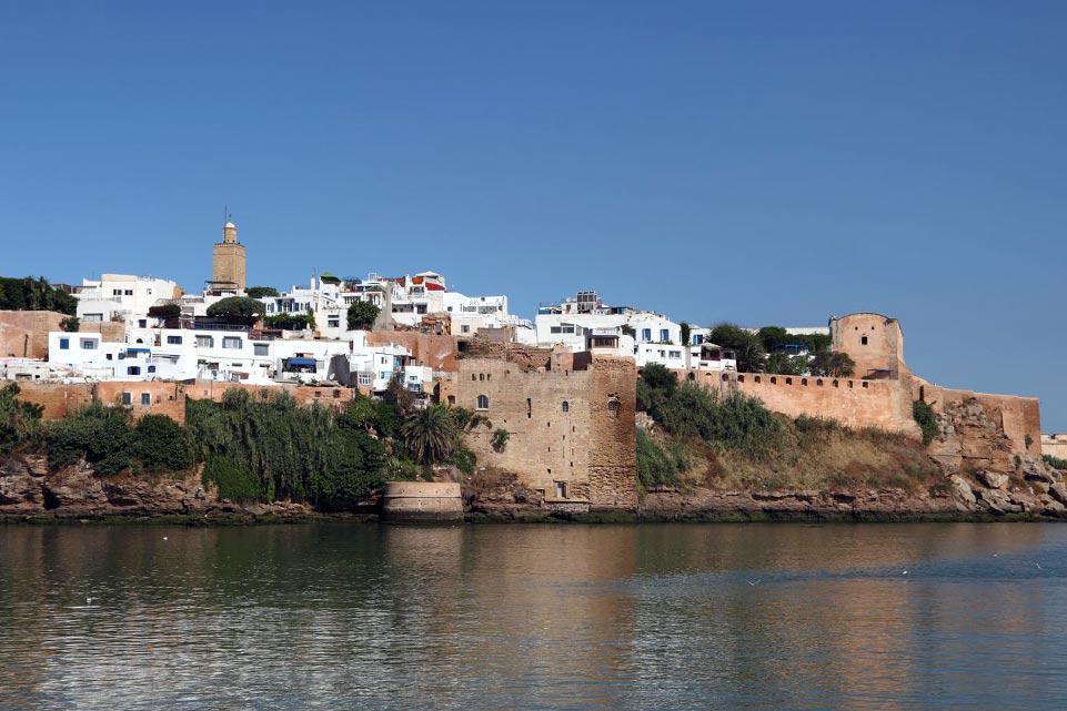 Rabat, ciudad imperial, está a 280km de Tánger. Capital de Marruecos desde 1912, estuvo ya a punto de serlo durante el reinado de Yacoub El Mansour. En el interior de la medina, la puerta ocre de la Casbah de los Oudaia es el testimonio de las ambiciones de aquella época. Haz un descanso en la tetería para admirar las vistas del estuario del río Bou Regreg antes de partir hacia la calle des Consuls. ...
