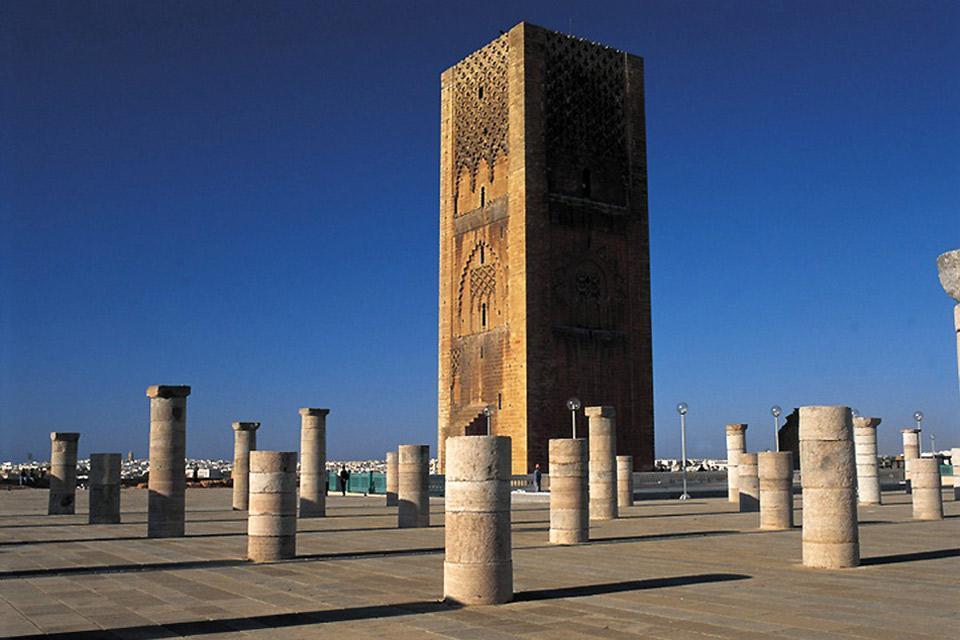La tour Hassan reste le monument emblématique de Rabat. Ici aurait du être construite la plus grande mosquée du monde mais elle resta inachevée