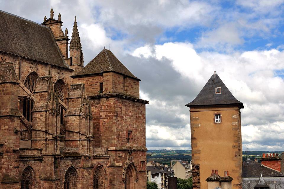 Rodez, ville située dans l'Aveyron, est très accessible par les routes et le transport aérien avec l'aéroport Rodez-Marcillac, le troisième plus important de la région Midi-Pyrénées.  Riche d'un important patrimoine culturel, la ville attire chaque année des milliers de touristes.  En 2013, l'ouverture du Musée Soulages au centre de la ville, promet d'attirer encore plus de monde grâce à ses expositions ...