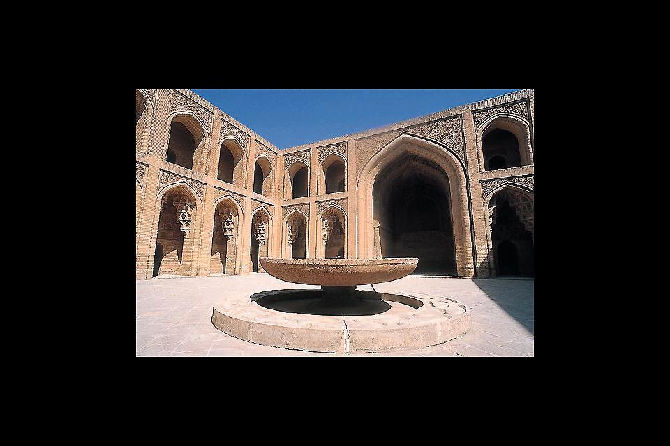 Bagdad ha sempre svolto un ruolo importante nella vita culturale araba e spesso è stata la dimora di famosi scrittori, poeti, musicisti e altri artisti.