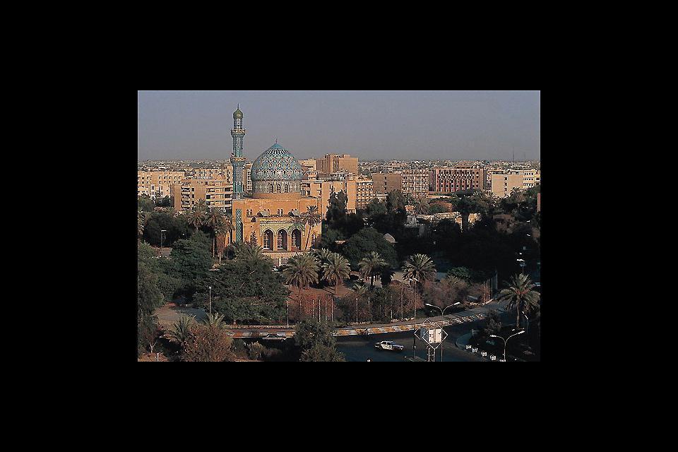 Bombardata nel 1991 e nel 2003, Baghdad porta tuttora i segni di un passato conflittuale. Centro economico del Paese, fu la capitale culturale di tutto il mondo islamico.