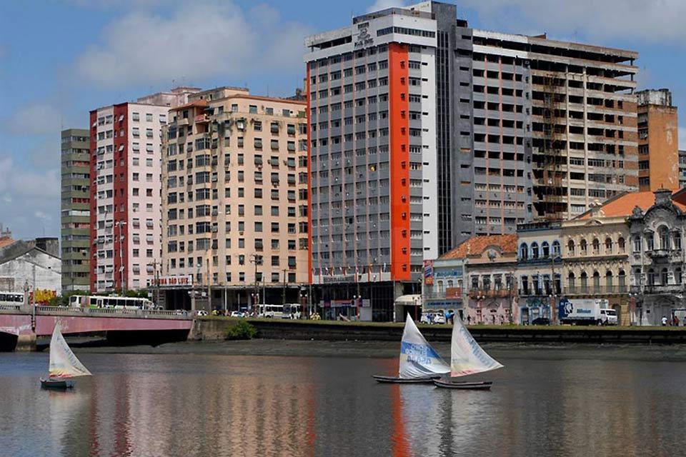 Im modernen Teil der Stadt zieht sich die Avenida Boa Viagem mit ihrer Promenade und ihren Kokospalmen am Meeresufer entlang. Hier liegen die meisten Restaurants, Bars und Diskotheken.