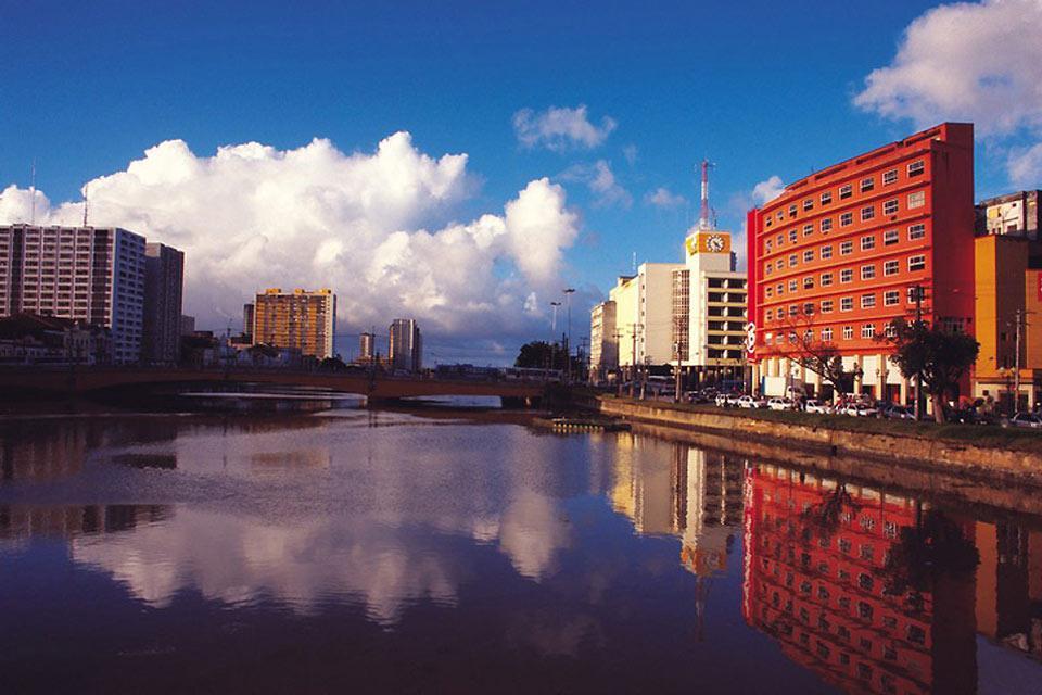 Die Flüsse Beberibe und Capiraribe gliedern die Stadt in verschiedene Viertel, die über Brücken miteinander verbunden sind.