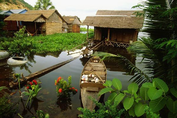 Siem Reap is located between the Tonle Sap and Angkor. In the vicinity there are many canals.