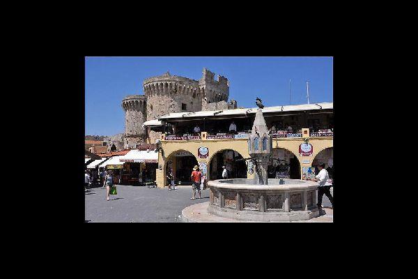 Las murallas de la ciudad medieval rodean el centro histórico de Rodas.