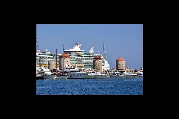 Rhodes fait partie des escales des bateaux de croisières. Ils s'y arrêtent en général pour une journée complète.