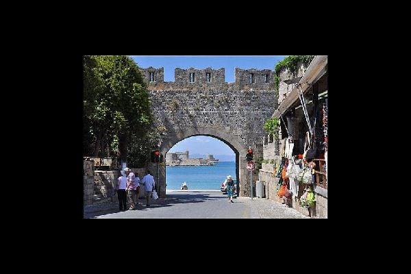 La vieille ville est accessible par différents points d'entrées, le long du bord de mer notamment.
