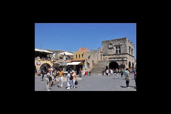 Les ruelles de Rhodes renferment de magnifiques places dans toute la ville.