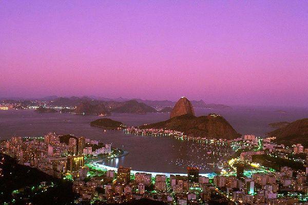 C'est la vitrine du Brésil, la cité langoureuse du carnaval et des plages mondialement réputées. Idéale pour associer un séjour détente à un itinéraire découverte, Rio est une escale aux charmes variés, à choisir sans hésiter si l'on se rend pour la première fois au Brésil. Depuis le 1er juillet 2012, la ville est inscrite sur la Liste du patrimoine mondial de l'humanité par l'Unesco dans la catégorie ...