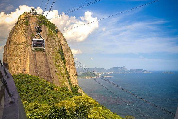 Ce charmant quartier sur les hauteurs est parcouru par des tramways jaunes typiques.