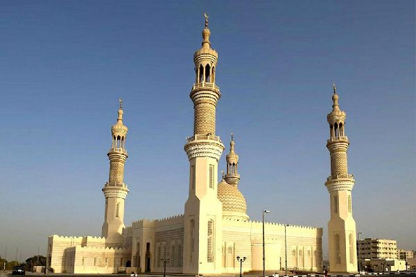 The mosque's minarets are typical of the traditional architecture of the emirates.